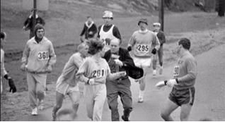 Kathrine Switzer à Boston, première femme à courir un marathon comme participante enregistrée (mais pas acceptée)
